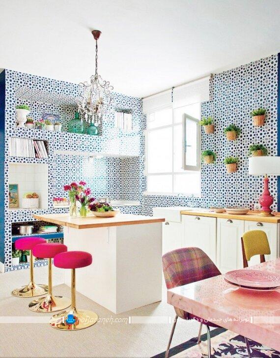 دکوراسیون شیک آشپزخانه کوچک جزیره. رنگ آمیزی دیوارهای آشپزخانه با رنگ آبی. کاغذ دیواری شیک و سلطنتی برای آشپزخانه اپن و جزیره کوچک