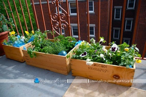 تزیین بالکن منزل با گلدان های چوبی