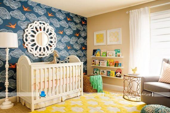 کاغذ دیواری طرح دار آبی اتاق کودک. رنگ آمیزی اتاق کودک با زرد و آبی. انتخاب طرح رنگ اتاق کودک. ترکیب رنگ اتاق بچه های دختر و پسر. تصاویر رنگ اتاق کودک