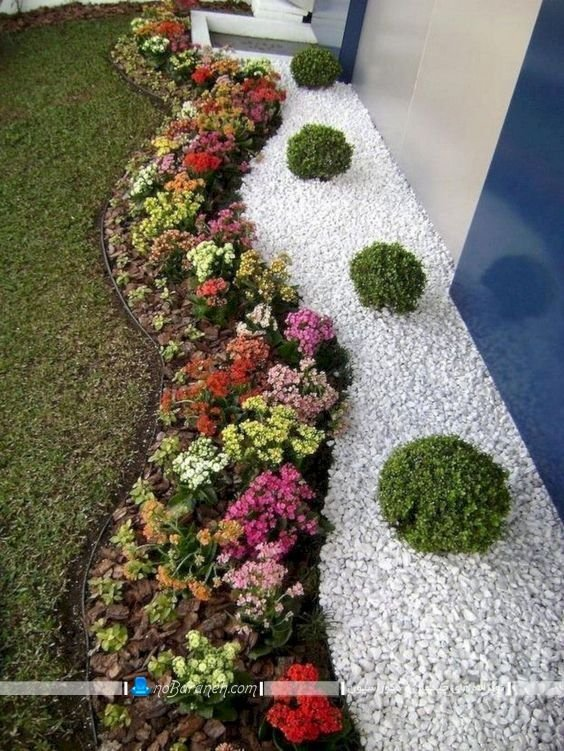 تزیین باغچه حیاط با سنگ های تزیینی سفید رنگ ، مدل های جدید دیزاین باغچه با سنگ ریزه های دکوراتیو. باغچه کاری حیاط و گلکاری باغچه ویلا . گل کاری و باغچه آرایی حیاط