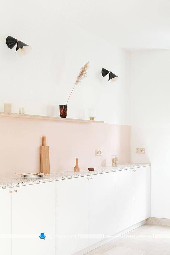 دیوار بین کابینتی صورتی رنگ ، دیوار صورتی آشپزخانه در کنار کابینت سفید، دیزاین شیک مدرن آشپزخانه با صورتی سفید در طرح های جدید