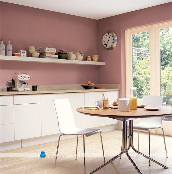 دیوار صورتی رنگ آشپزخانه در کنار کابینت سفید ، آشپزخانه صورتی سفید ، دیزاین و تزیین دیوار آشپزخانه با رنگ صورتی در کنار کابینت سفید