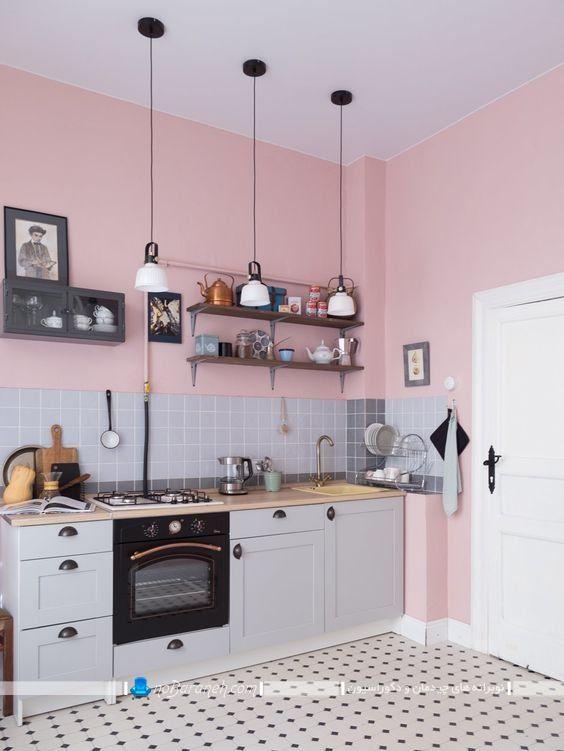 دیوار صورتی و خاکستری رنگ آشپزخانه ، دیزاین و طراحی دکوراسیون آشپزخانه با رنگ صورتی، مدل کابینت کلاسیک و ساده با رنگ طوسی روشن