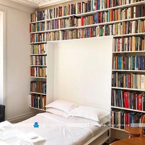 تخت تاشو دو نفره دیواری اتاق خواب کوچک. نصب کتابخانه خانگی در اطراف تخت خواب در اتاق خواب.