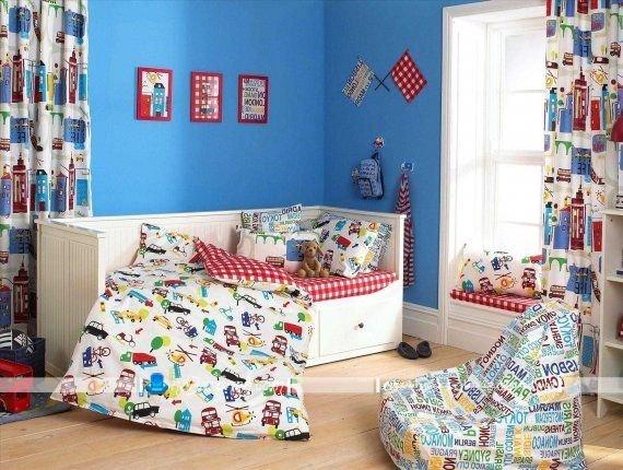 عکس مدل پرده طرح دار رنگارنگ اتاق کودک پسر بچه.