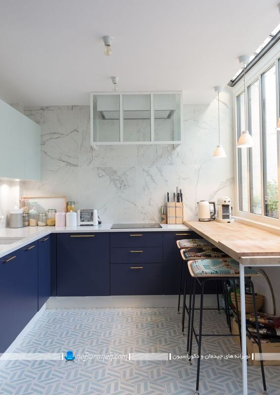 طراحی دکوراسیون آشپزخانه با سرمه ای و سفید ، دیزاین آشپزخانه با سفید و آبی یا سرمه ای ، دیوارپوش مرمری شیک برای آشپزخانه