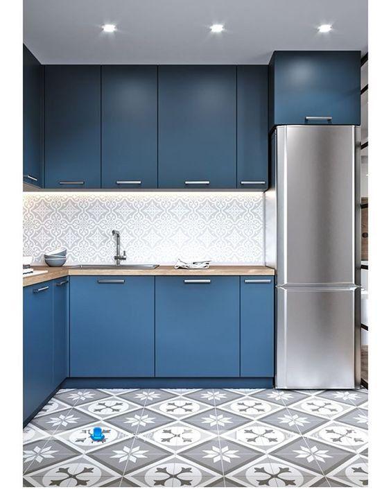 کابینت آبی رنگ زیبا و شیک آشپزخانه ، دیوارپوش بین کابینتی آشپزخانه با رنگ سفید و طرح فانتزی، ترکیب آبی و سفید در آشپزخانه