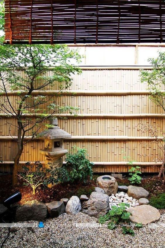 طراحی و تزیین پاسیو یا حیاط خولت با چوب بامبو ، عکس و مدل دکوراسیون حیات خلوت کوچک با سنگ های تزیینی و گیاهان و درخت های زینتی