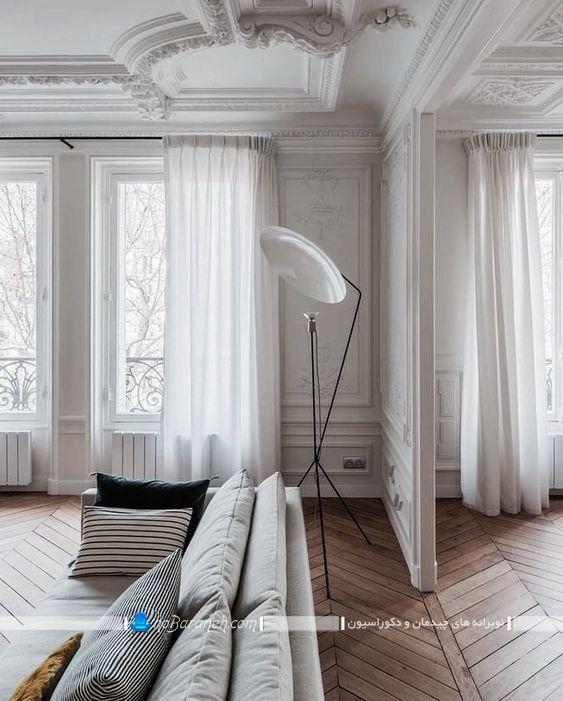 دکوراسیون داخلی اتاق پذیرایی شیک و کلاسیک فرانسوی و مدلهای گچبری مناسب اتاق پذیرایی سلطنتی با رنگ بندی سفید به همراه مدل مبلمان راحتی.