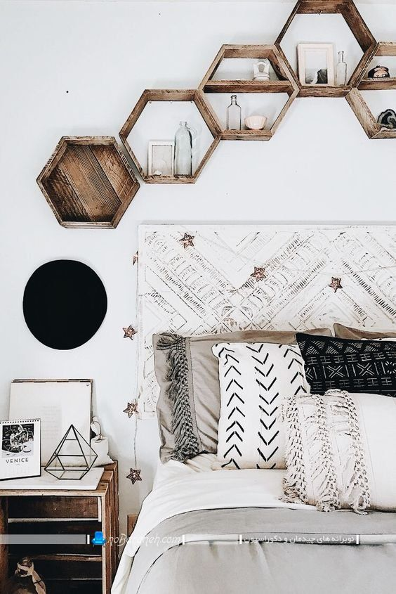 تزیین دیوار پشت تخت خواب با شلف های شش ضلعی ، شلف چوبی لانه زنبوری با طرح و مدل فانتزی و مدرن
