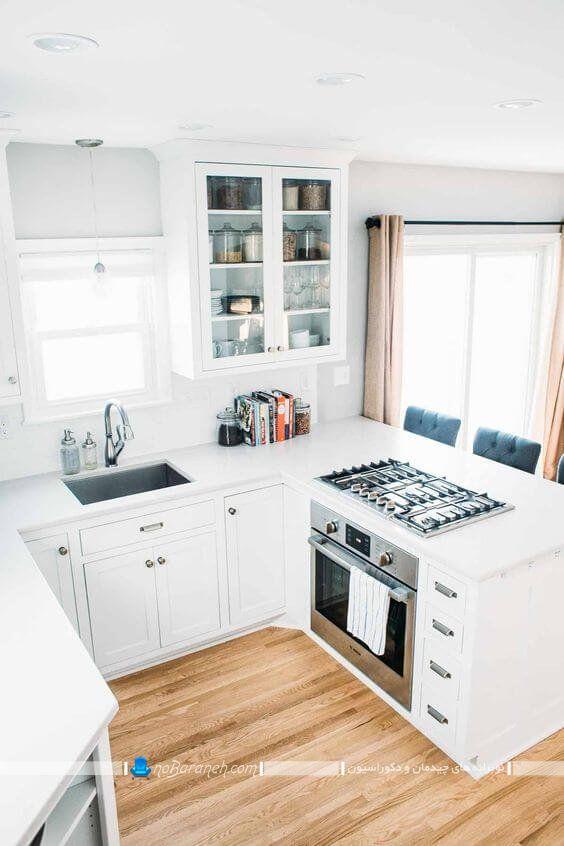 طراحی دکوراسیون و دیزاین آشپزخانه کوچک با رنگ سفید ، کابینت سفید و ساده ، کابینت دیواری سفید با درهای شیشه ای