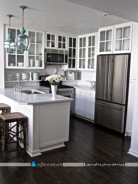 کابینت با درب شیشه ای برای آشپزخانه کوچک ، کابینت شیشه ای با رنگ سفید و مدل کلاسیک ، کفپوش چوبی خاکستری برای آشپزخانه