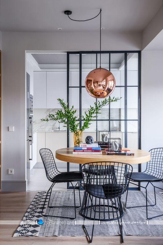 ميز ناهار خوري کوچک چوبی با صندلی های فلزی فانتزی ، چراغ سقفی شیک فانتزی مدرن برای نورپردازی میز نهارخوری ، مدل درب کشویی و پارتیشن برای آشپزخانه