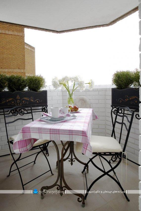 چیدمان میز دو نفره در بالکن کوچک خانه ، تزیین تراس و بالکن کوچک با گلدان و گل های زینتی
