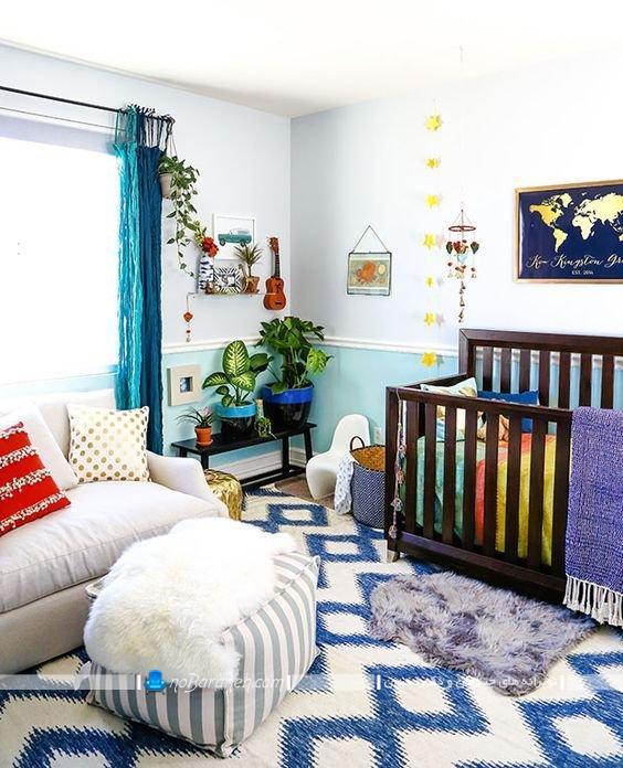 دیزاین پسرانه اتاق کودک نوزاد، فرش اتاق نوزاد با رنگ آبی به شکل پسرانه ، تزیینات زیبا برای اتاق بچه های زیر سه سال ، تخت خواب چوبی و ساده کودک