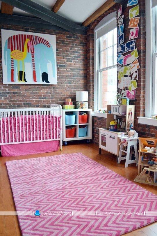 دکوراسیون دخترانه اتاق نوزاد با صورتی، تزیین دیوارهای اتاق نوزاد با دیوارپوش آجری ، تابلو دیواری برای تاق بچه نوزاد ، دیزاین اتاق خواب نوزاد با رنگ صورتی