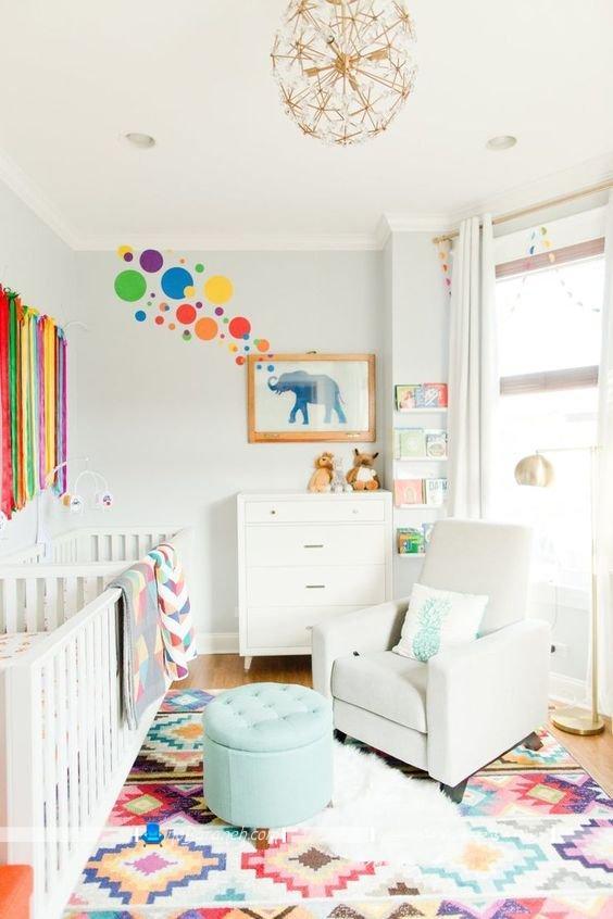 دکوراسیون اتاق کودک نوزاد با سفید و رنگهای شاد ، تزیین شیک و مدرن اتاق بچه با دیوارهای سفید ، مدل مبلمان نوزاد با طراحی کلاسیک، سرویس خواب نوزاد دو قلو به همراه لوستر سقفی فانتزی