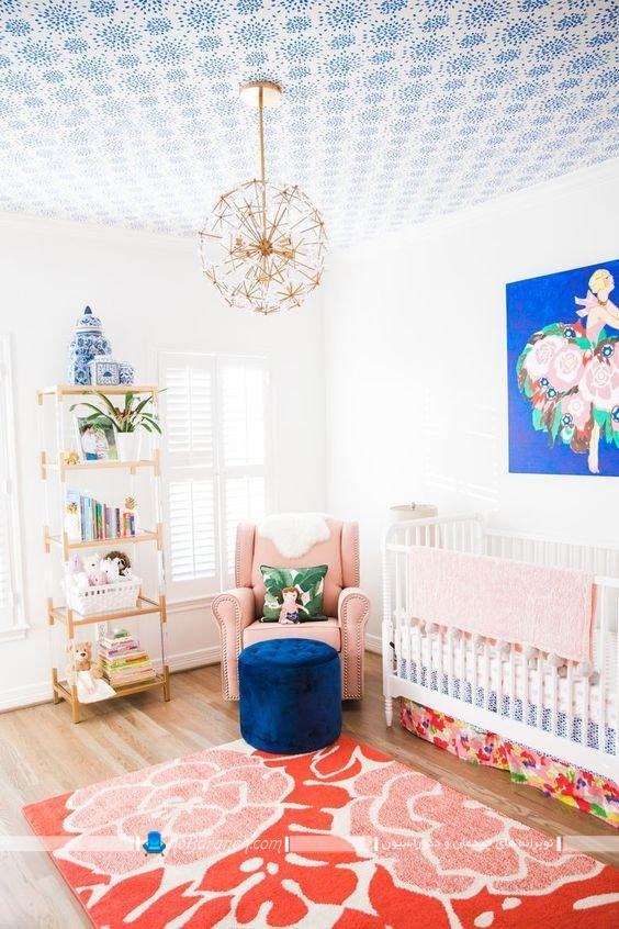 تزیین اتاق کودک نوزاد دختر با رنگ آبی ، دیزاین اتاق خواب نوزاد با آبی و نارنجی و گل بهی ، تزیین سقف اتاق بچه ، مدل لوستر فانتزی برای اتاق بچه نوزاد