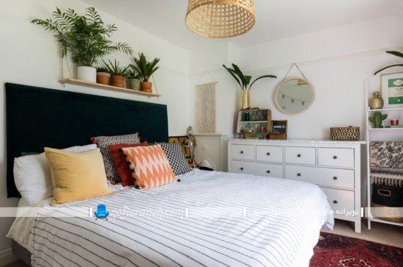 چیدمان گلدان های کوچک روی شلف برای تزیین دیوار اتاق خواب.