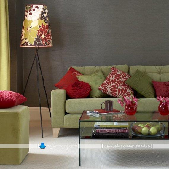 مبل راحتی سبز رنگ برای دیزاین اتاق پذیرایی. چیدمان مبل سبز رنگ در کنار دیوار تیره رنگ. تزیین شیک مدرن اتاق پذیرایی با رنگ خاکستری.