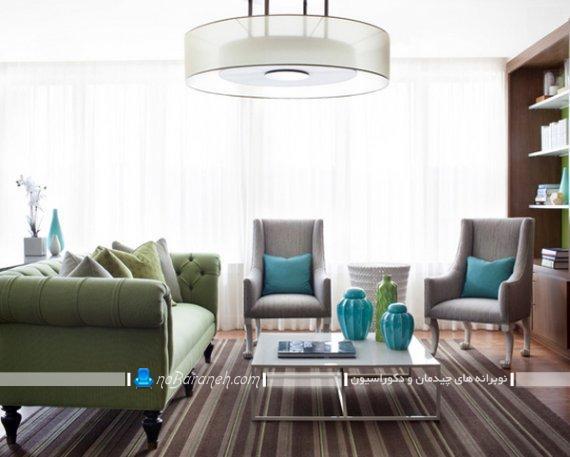 چیدمان مبل راحتی سبز و طوسی یا خاکستری در اتاق پذیرایی منزل. دکوراسیون کلاسیک و سلطنتی پذیرایی