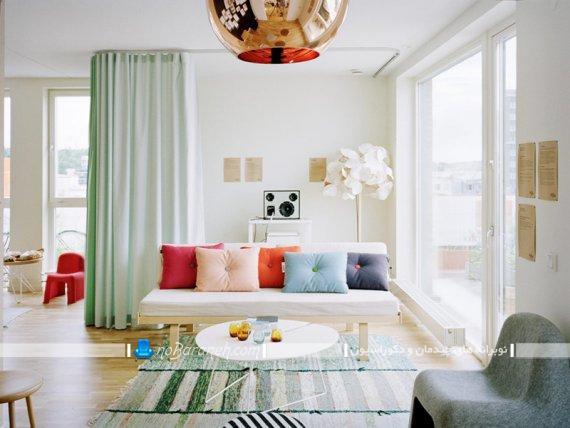 کوسن های پاستلی برای تزیین مبل راحتی اتاق نشیمن و پذیرایی. مدل های دیزاین اتاق پذیرایی با رنگ های پاستلی.