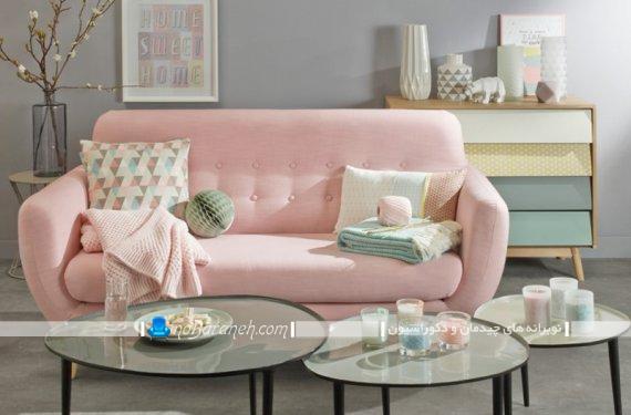 مبل راحتی با رنگ آمیزی پاستلی برای تزیین شیک و زیبا. دیزاین اتاق پذیرایی مدرن با رنگ های شاد و زیبا مثل صورتی.